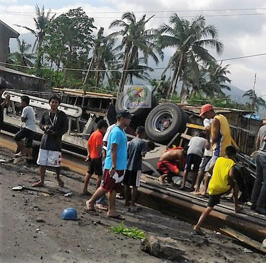 The upturned truck along the national highway between the boundary of Barangay Estancia, Malinao, Albay and Barangay Quinastillojan, Tabaco City. Photo by Ródél B. Bálingbing