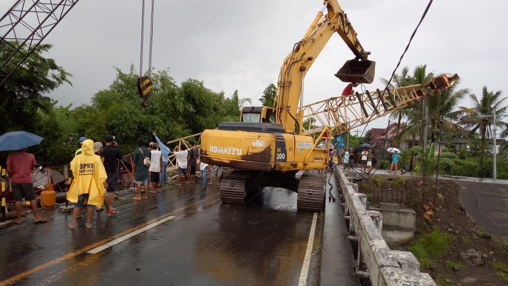 Slanted mobile crane boom disturbed traffic flow in Malinao
