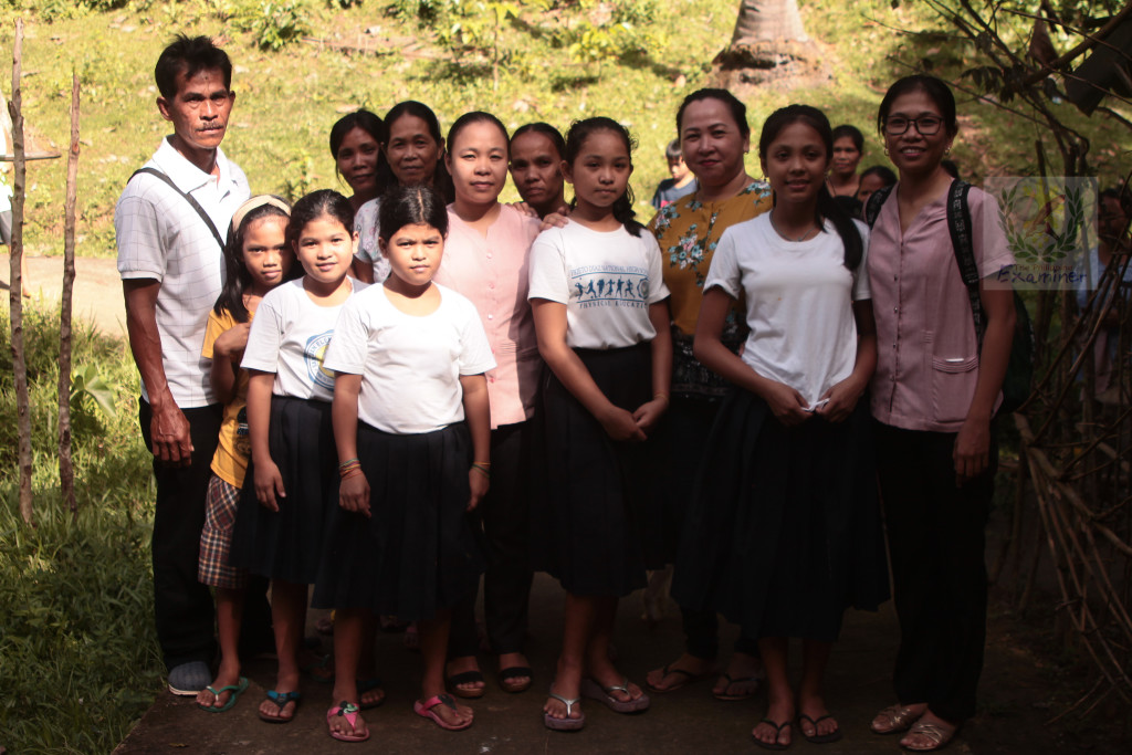 Big-hearted Punong Barangay of San Juan. Philantrophic Village Chief Baltazar Domdom Dia [extreme left] poses with pupils of San Juan Elementary School together with Mrs. Airyn Nicolas Flestado on extreme right with her co-teachers. Photo by www.philexaminer.com